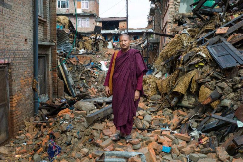Panna Sara, sur les ruines de la maison de sa mère, où elle et trois de ses parents sont morts lors du séisme du 25 avril, Harisiddhi, district de Lalitpur, 28 avril 2015